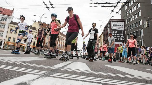 Několik stovek lidí letos poprvé využilo možnost projet se na in-line bruslích po uzavřených silnicích centrem města při tradiční akci Pardubice na bruslích.