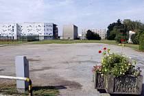 Vjezd na oblíbené parkoviště Za Pivovarem blokují betonové květináče. Dostat plochu do podoby, která by vyhovovala normám a zákonům, by stálo čtyři miliony korun.