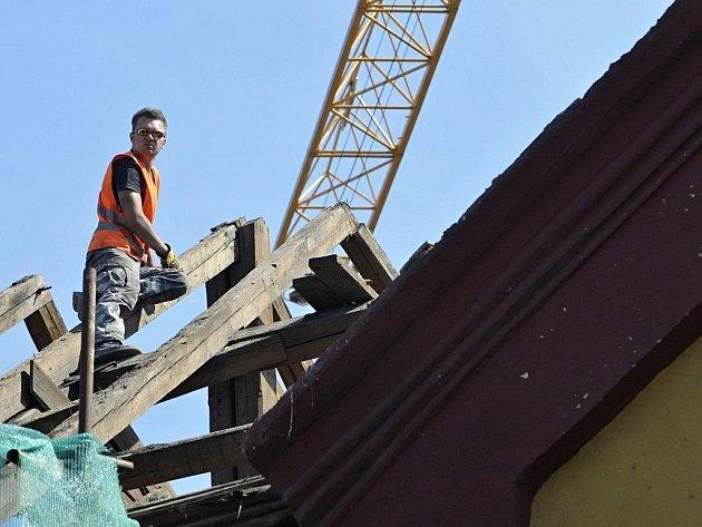Téměř stopadesátiletou střechu nahradí ocelové nosníky a bývalá školní budova se zvedne o půl patra