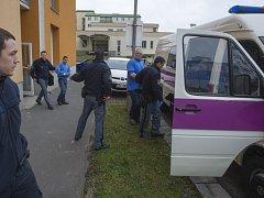 Dva ze čtyř vězňů, kteří se otrávili léky na srdeční arytmii opouští pardubickou nemocnici v doprovodu eskorty.