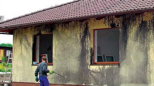 Vandal zničil fasádu domu policisty.