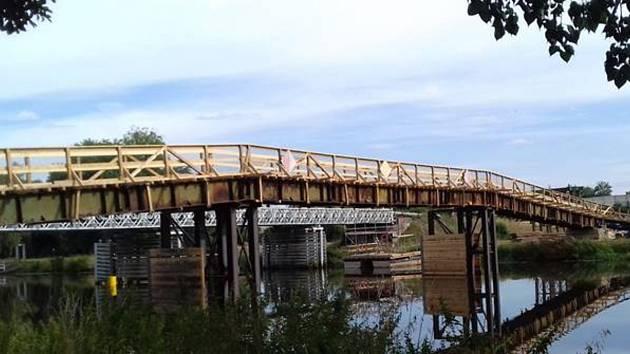 Provizorní lávka pro pěší, v pozadí původní most.