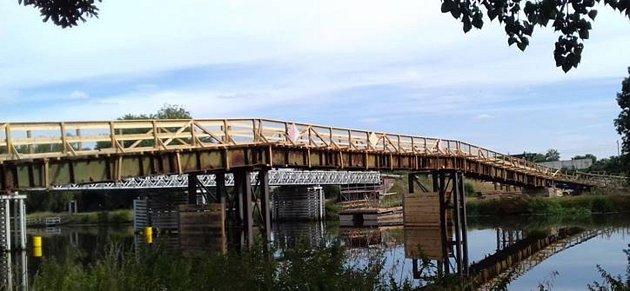 Provizorní lávka pro pěší, vpozadí původní most.