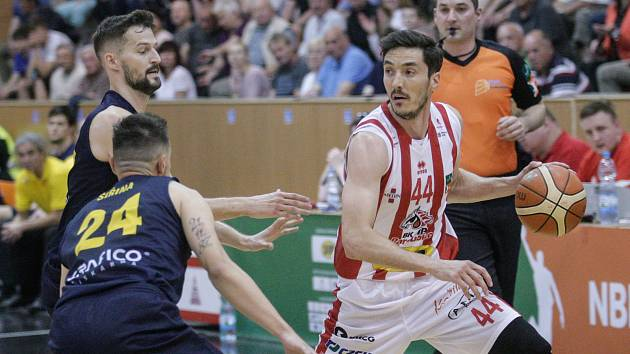 Basketbalové utkání play off Kooperativy NBL mezi BK JIP Pardubice (v bíločerveném) a BK Opava (ve modrožlutém) v pardubické hale na Dašické.