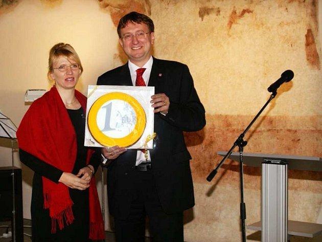 Kraj splácí úvěr perníkem. Ivo Toman předal viceprezidentce EIB Martě Gajecké symbolicky perníkové euro.