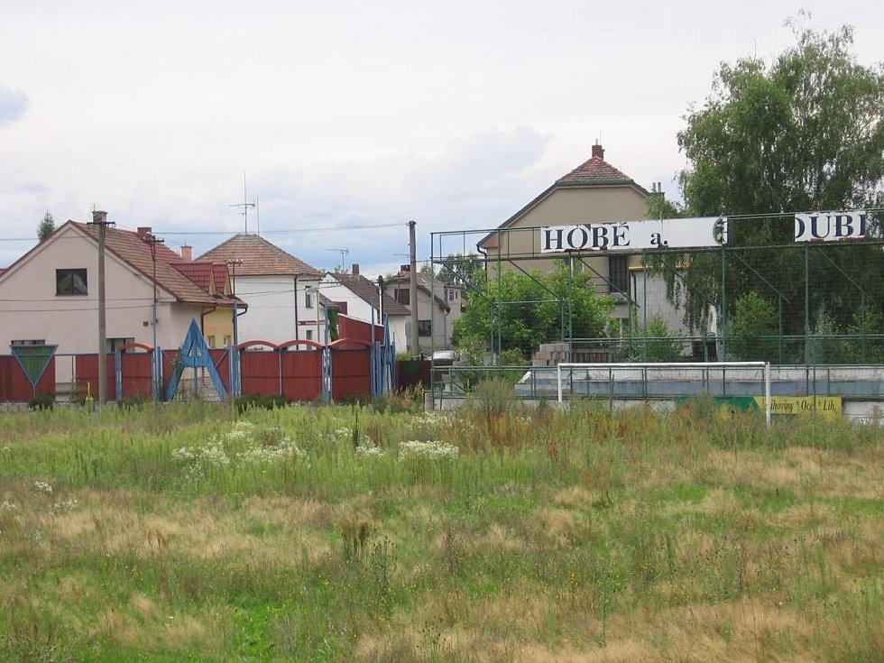 Není tráva jako tráva... Před deseti lety nebylo v bohdanečském areálu přes vzrostlý plevel pomalu vidět ani bránu. Parta tamních nadšenců se rozhodla, že fotbal, který vznikal v lázeňském městě kolem roku 1918, nenechá zašlapat do země.