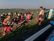 Na muže v chatové osadě u Sezemic se při rekonstrukci zřítil komín. Zasahovali hasiči, záchranka i vrtulník.