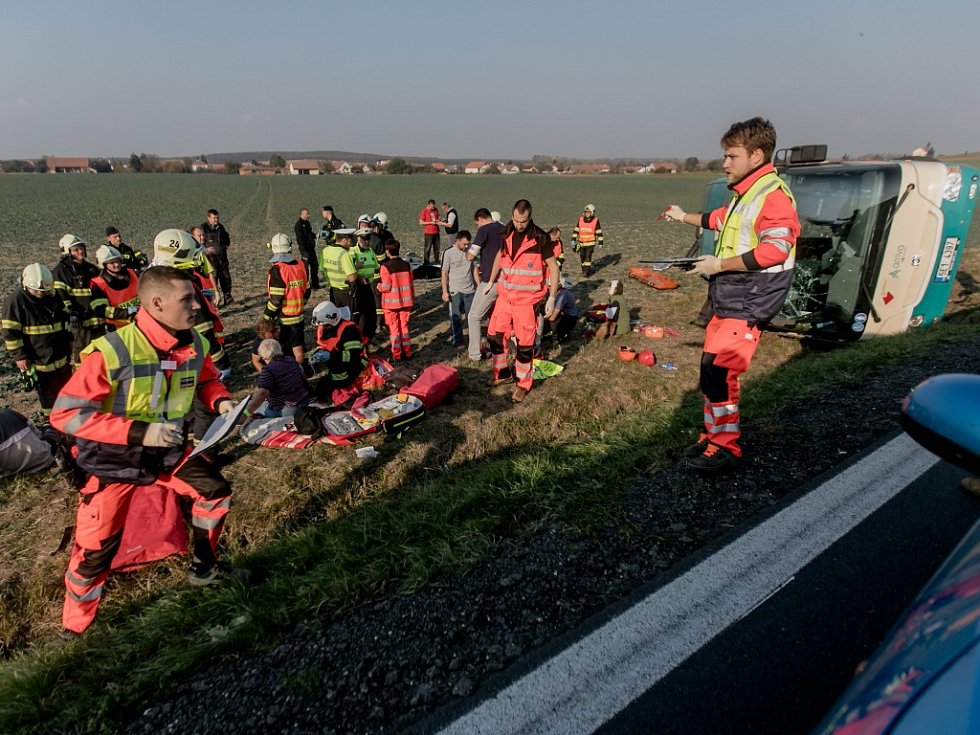 Michal Mašek na místě nehody. Právě on měl za záchrannou službu na starost organizaci ošetření a přesun šedesáti lidí, kteří cestovali v havarovaném autobuse.