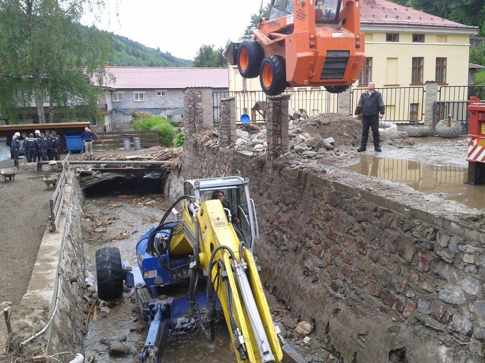 Těžká technika svou práci ve volném prostoru odvedla, ale do nízkého prostoru tunelu už se nedostala.