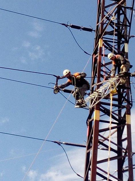 Porouchané vedení vysokého napětí už technici opravují.