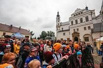 Koncert písničkáře a textaře Jana Pokorného alias Pokáče v rámci Hudebního léta na pardubickém zámku navštívilo několik stovek lidí všech věkových kategorií.