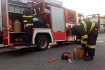 Střídání směn a přejímka techniky na centrální hasičské stanici v Pardubicích. Pozornost se soustředí zejména na motorové pily, které v neděli dostaly pořádně zabrat.