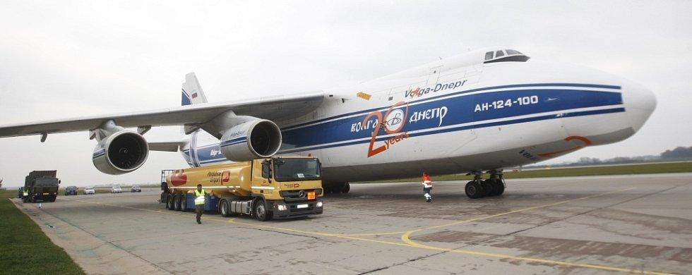 Srovnání velikostí. AN-124-100 Ruslan proti tahači s palivem.