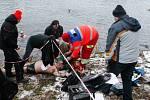 Zkolabovaného plavce museli záchranáři na břehu resuscitovat.