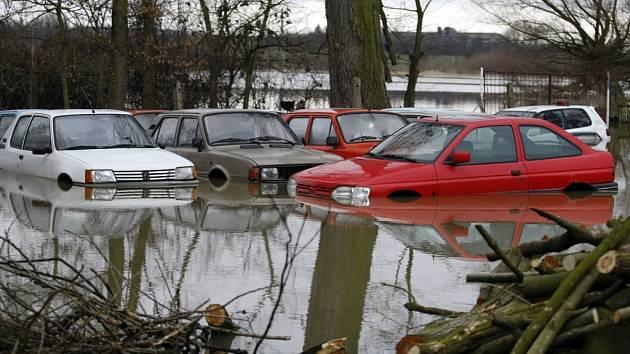 Úhřetická Lhota 6. března. Voda zde vystoupila z břehů. Zastavila se však o povodňové hráze. Zaplavila ale menší autovrakoviště