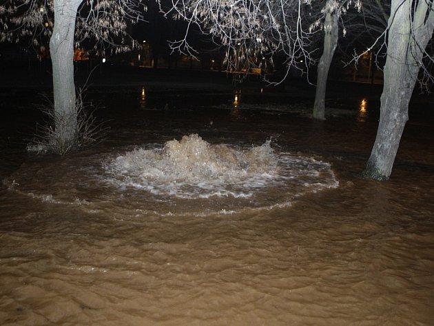 Havárie vodovodního řadu v pardubických polabinách. Ulice Kpt. Bartoše a část školního hřiště se změnilo v jezero.