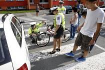 Policisté na místě čtvrteční nehody. Dívka na kole vjela na přechod pro chodce a jedoucí automobil zaregistrovala až ve chvíli, kdy čelně narazila do jeho boku.