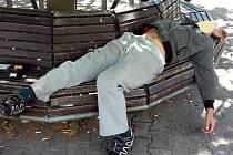 Opilý bezdomovec se za pět dnů nedokázal při kontrole strážníků dostat pod tři promile alkoholu v dechu.
