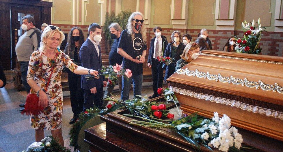 """Pohřeb pardubického rodáka a osobnosti undergroundu Lumíra """"Zilvara"""" Sokola se nesl v duchu hippies tak,  jak si před smrtí sám přál."""