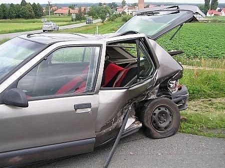 Při nehodě byly zraněny dvě osoby, které byly předány do péče zdravotnické záchranné služby. Hasiči odpojili akumulátory, aby nedošlo k požáru a zamezili úniku provozních náplní
