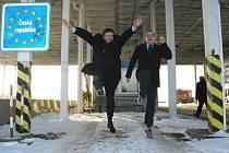 Vstup do schengenského prostoru uvítali náměstek hejtmana Pardubického kraje Ivo Toman (vlevo) a poslanec Daniel Petruška