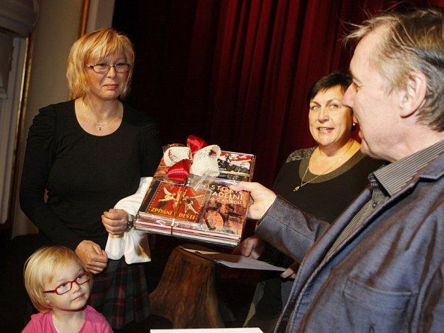 Gratulace primátorky města Štěpánky Fraňkové a ředitele divadla Petra Dohnala stotisící divačce Libuši Stuchlíkové a její vnučce Emičce.