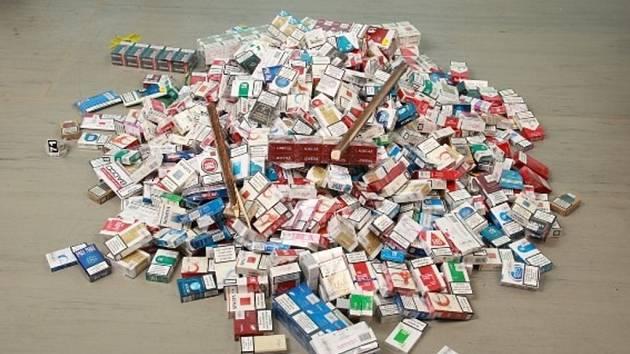 Hromada ukradených cigaret.