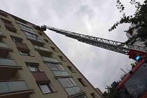 Hasiči se chtěli dostat dovnitř bytu vchodovými dveřmi, ale v zámku zůstaly klíče.  A tak hasiči zvolili cestu nejjednodušší a k ženě na balkoně se vznesli v koši automobilového žebříku.