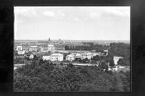 POHLED na Pardubice z Vinice kolem roku 1930.