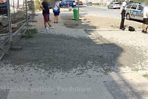 Ze stavby spadlo do ulice 200 kilo betonu.