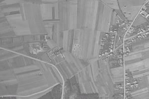 Snímek části Svítkova z roku 1946. Vpravo od hřbitova je vidět šestice kráterů po pumách. V těchto místech mají stát jak domy, tak mateřská školka. Další krátery jsou patrné v pravém horním rohu snímku.