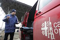 Ztracený automobil opavské charity se objevil v Pardubicích, kde jej zajistila policie. Do města perníku si pro něj včera přijel pracovník opavské charity Hynek Závorka.