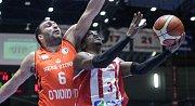 Basketbalové utkání 2.kola FIBA Europe Cupu mezi BK JIP Pardubice (v bíločerném) a Ironi Ness Ziona (v oranžovém) v ČSOB Pojišťovna Areně.
