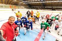 PRVNÍ TRÉNINK. Pardubičtí hokejisté už trénují na ledě. Pokyny udílí Pavel Marek.