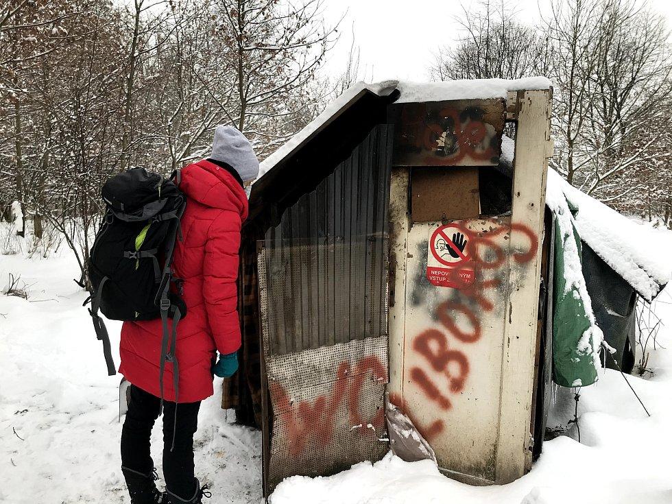 Své příbytky si lidé bez domova stloukají ze všeho, co jim přijde pod ruku. Uvnitř si topí starými kamny. Teplo a pohodlí ale v provizorním bydlení rozhodně nemají.
