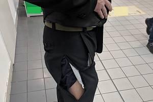Pachatel se na útěku pral s ostrahou. Nejdřív o kradený alkohol, poté i o partnerku. Pracovníkovi ostrahy přitom roztrhl kalhoty.