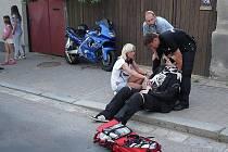 Motocyklista po srážce utrpěl zlomeniny obou předloktí a skončil v nemocnici.