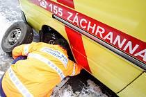 """Posádka čáslavské záchranky s pacientem s infarketm na palubě na """"kvalitním"""" povrchu třídy Míru odepsala sanitku. Prorazila kolo a poškodila podvozek."""