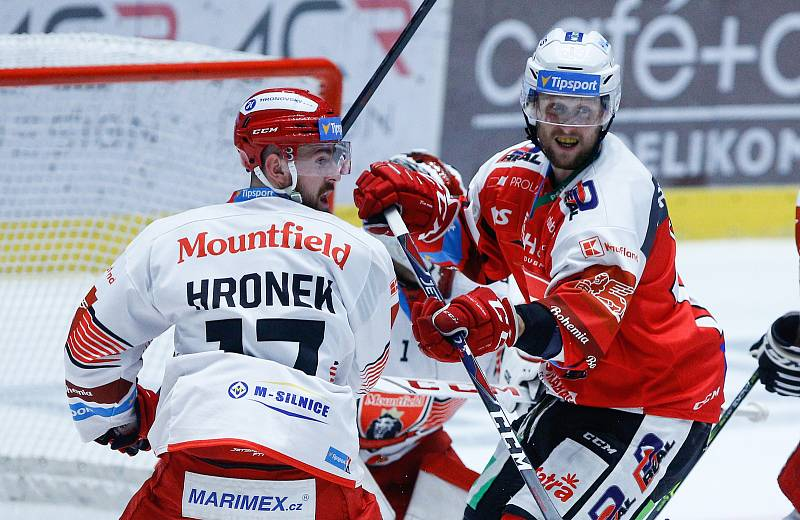 Hokejové utkání Tipsport extraligy v ledním hokeji mezi HC Dynamo Pardubice (v červenobílém) a HC Mountfield Hradec Králové  (v bíločerveném) v pardubické enterie areně.