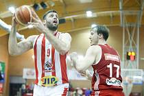 Basketbalové utkání semifinále Alpe Adria Cupu mezi BK JIP Pardubice (v bíločerveném) a BC Hallmann Vídeň (v červeném) v pardubické hale na Dašické.