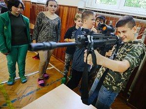 Vojáci 14. pluku logistické podpory vyrazili za školáky do Dolní Rovně a Rosic u Chrudimi.