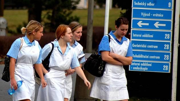 Zdravotní sestry - žákyňky. V pardubické nemocnici je můžete potkat velmi často