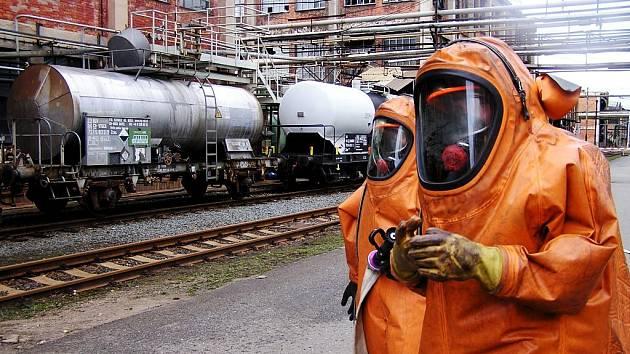 Hasiči v Semtíně procvičovali likvidaci úniku kyseliny