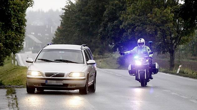 Dohled ve vzduchu i na zemi. Dopravní policisté se včera přesunuli k silnice I/17 od Bukoviny u Přelouče přes Heřmanův Městec až do Chrudimi mohli řidiči narazit na dvanáct hlídek.