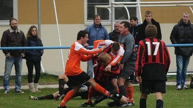 Na hřišti i v hledišti. Zápas krajského přeboru v Moravanech skončil hromadnou rvačkou.