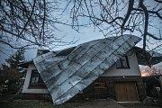 Náraz větru utrhl ve Spojile střechu z rodinného domu.
