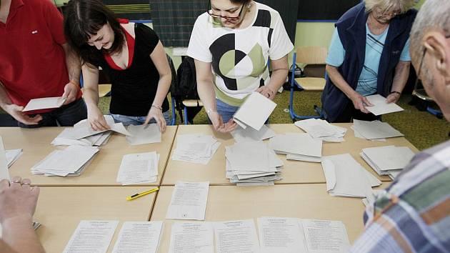 Sčítání volebních hlasů na ZŠ Benešovo náměstí v Pardubicích