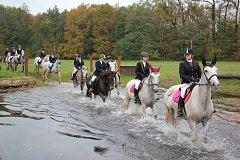 Žákyně kladrubské školy chovu koní a jezdectví odjely svou Hubertovu jízdu.