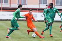 Utkání České národní ligy mezi TJ Sokol Živanice (v oranžovém) a Loko Vltavín (v zeleném) na hřišti v Živanicích.
