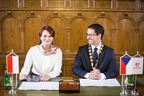 Podpis spolupráce obou měst na pardubické radnici.